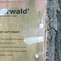 Schild mit Projektbeschreibung vom Bücherwald