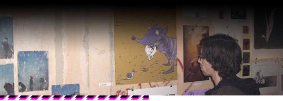Schmidtz Katzen Designer betrachtet Bilder der Ausstellung